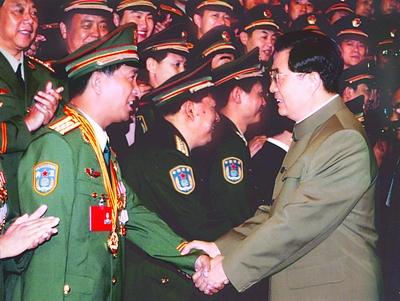 """胡锦涛,在会见武警部队第一次党代会代表和第八届""""中国武警十图片"""