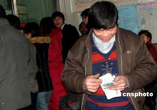 关于打工仔的小�_图:邵阳县打工仔一年赚回十个亿