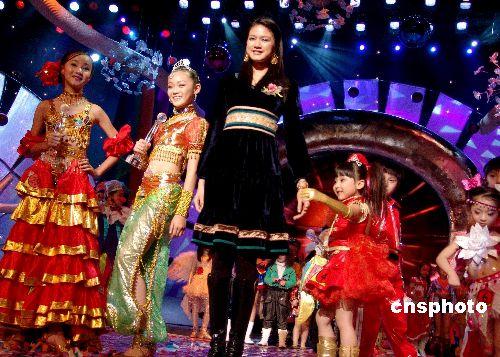国际名模吴英娜与获得少儿模特大赛冠亚季军的小模特一起快乐走秀.