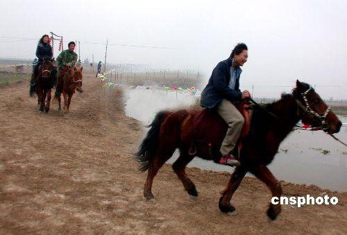 图:春节野外骑马健身成时尚