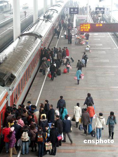 图文:沪铁路局迎来节后春运返程客流高峰