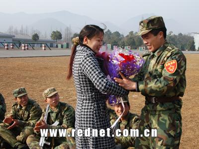 绿色军营红花装扮 湘女送玫瑰硬骨战士也浪漫图片