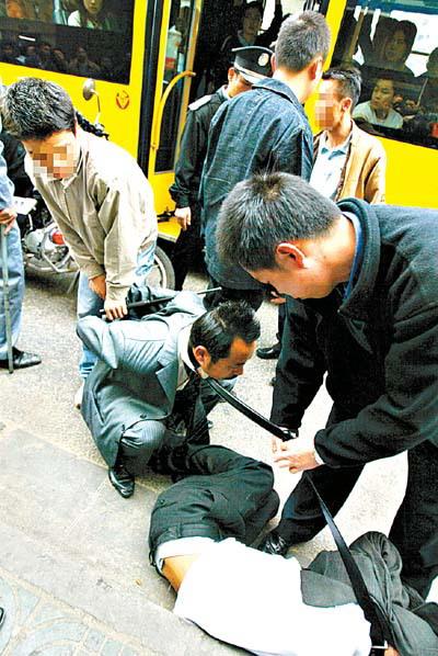 广州警方重拳打击飞车党(图)