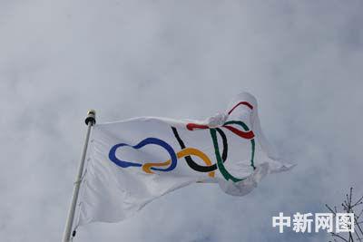 二0一0冬奥会主办城市温哥华升起奥运五环旗