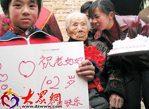 百岁老人喜收生日贺卡