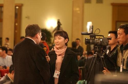 记招现场:中国记者抢位子带上照片引注意