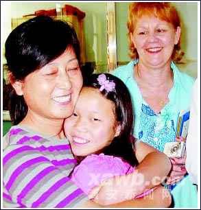 亲胜似母亲 市儿童福利院的孤儿被外国人收养,临行前,紧紧抱住福