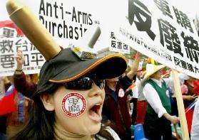 2万民众聚集台北骂扁不顾民生反对凯子军购(图)