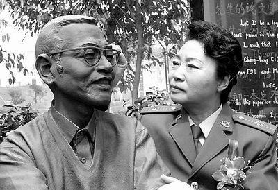 4月4日,陈景润的夫人由昆女士看着陈景润的铜像.当日上午,...