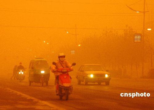 新疆连续遭遇强沙尘天气交通受到极大影响(图)