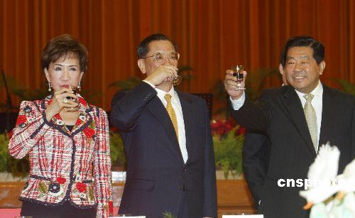 贾庆林在人民大会堂宴请连战一行(图)