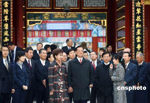 组图:连战一行在北京颐和园合影留念
