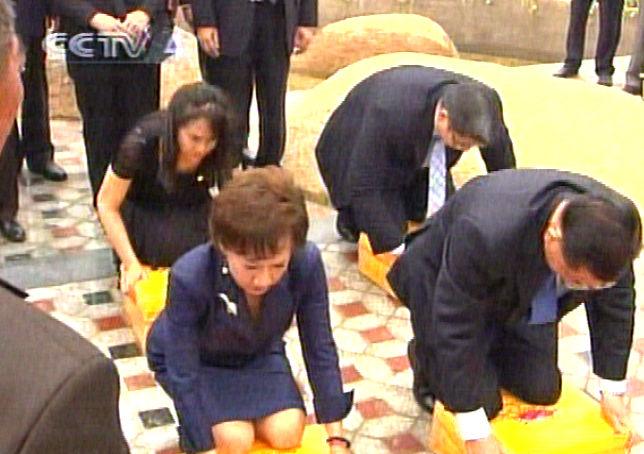 图文:连战与家人在漳州马崎村祭祖扫墓