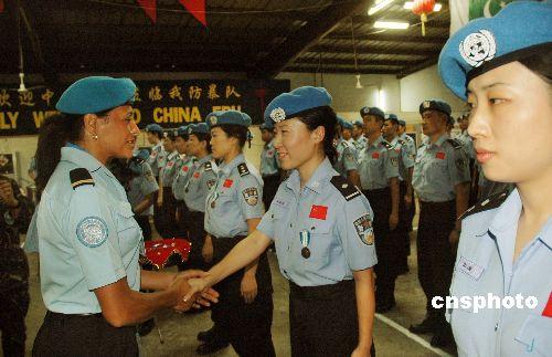 组图:中国维和部队海地授勋章