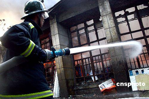 乌鲁木齐一仓库起火一消防战士侦察火情时牺牲