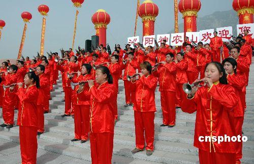 图:河南沁阳成立百人唢呐队