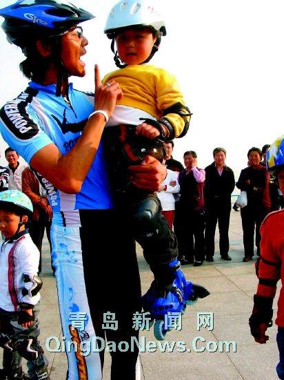 """三百孩子跟他学速滑""""轮滑小子""""爱当孩子王(图)"""