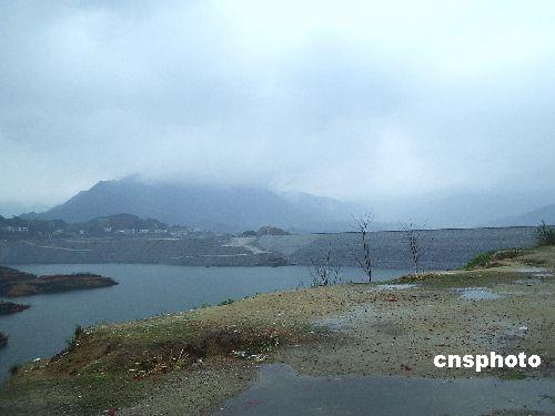 图文:三峡大坝出现截断巫山云雨奇观