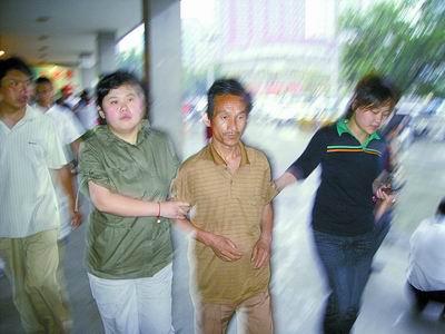 """""""五一""""刚过倒票又反弹记者暗访郑州火车站"""