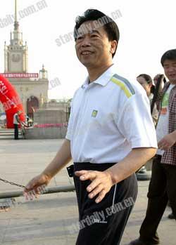 北京环保局副局长骑车参加少开一天车活动