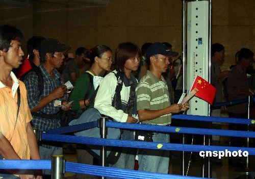 中国侨联副主席李欲��慰问从东帝汶归来的侨胞