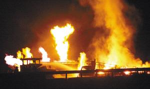 甲醇车猛撞木材车干柴烈火烧通天