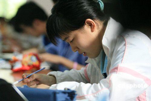 组图:济南考生图书馆里备战高考