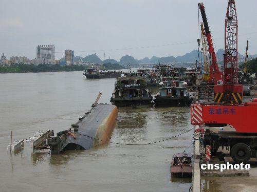 广西柳州一艘千吨级货船侧翻(组图)