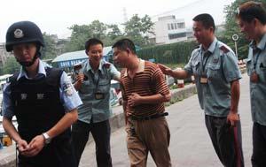 男子闹市杀人劫车无畏司机挺身而出助擒歹徒