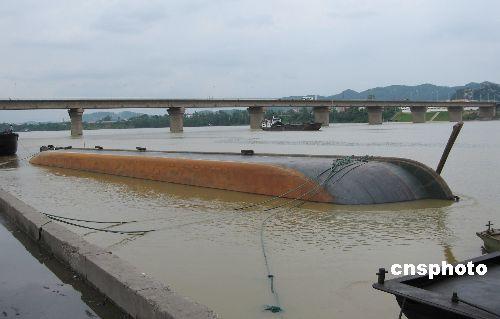 图:柳州一艘千吨级货船侧翻