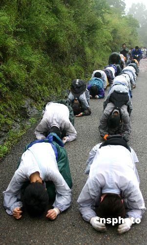 图:近百虔诚佛教徒拜上天台山祈祷世界和平
