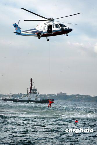 地举行,海上、空中等应急反应力量将展开联合搜救行动.中新社发 图片