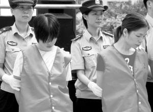 花溅泪女犯公审公判-8毒犯公判后赴刑场领死  越秀法院宣判刘耀南(右)、阿里木江·司马图片