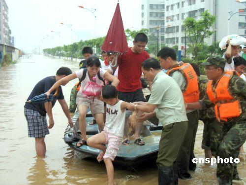 组图:广东惠州军民共抗百年不遇大洪水