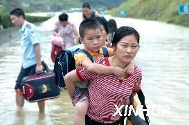 被困京珠高速湖南段的1000多名旅客安全转移