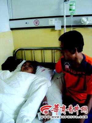 殴打的王文只有13岁,7月20日刚做了一次手术,医生说半年后还得