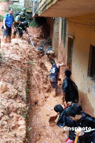 我国公安机关积极参与抗洪抢险2名民警殉职