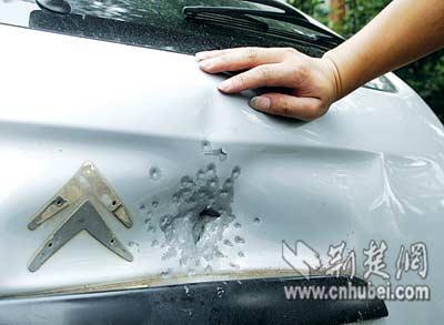 一根电车线惹出两祸端 击碎车玻璃摔伤骑车人(图)