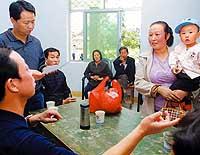 甘肃徽县向血铅超标儿童发放药物(图)