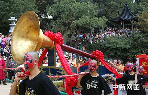 9月23日,2006年金秋虎丘庙会在虎丘山风景区拉开帷幕.