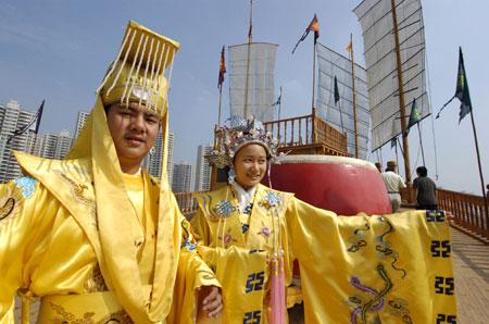 """""""明朝皇帝""""和""""皇后""""在郑和下西洋仿古宝船上迎接游人-郑和仿古图片"""