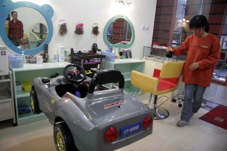 发廊的装修风格就是为了迎合儿童的审美; 店里的3个女店员和1个理发师