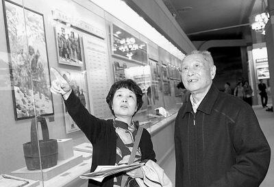 老红军参观长征纪念展