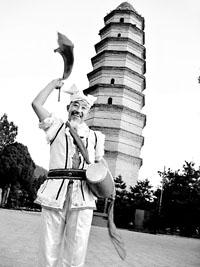老歌手宝塔山下颂唱红军30年不间断