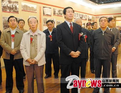 图为张宝顺等省领导参观中国工农红军长征胜利70周年图片展.-纪念图片