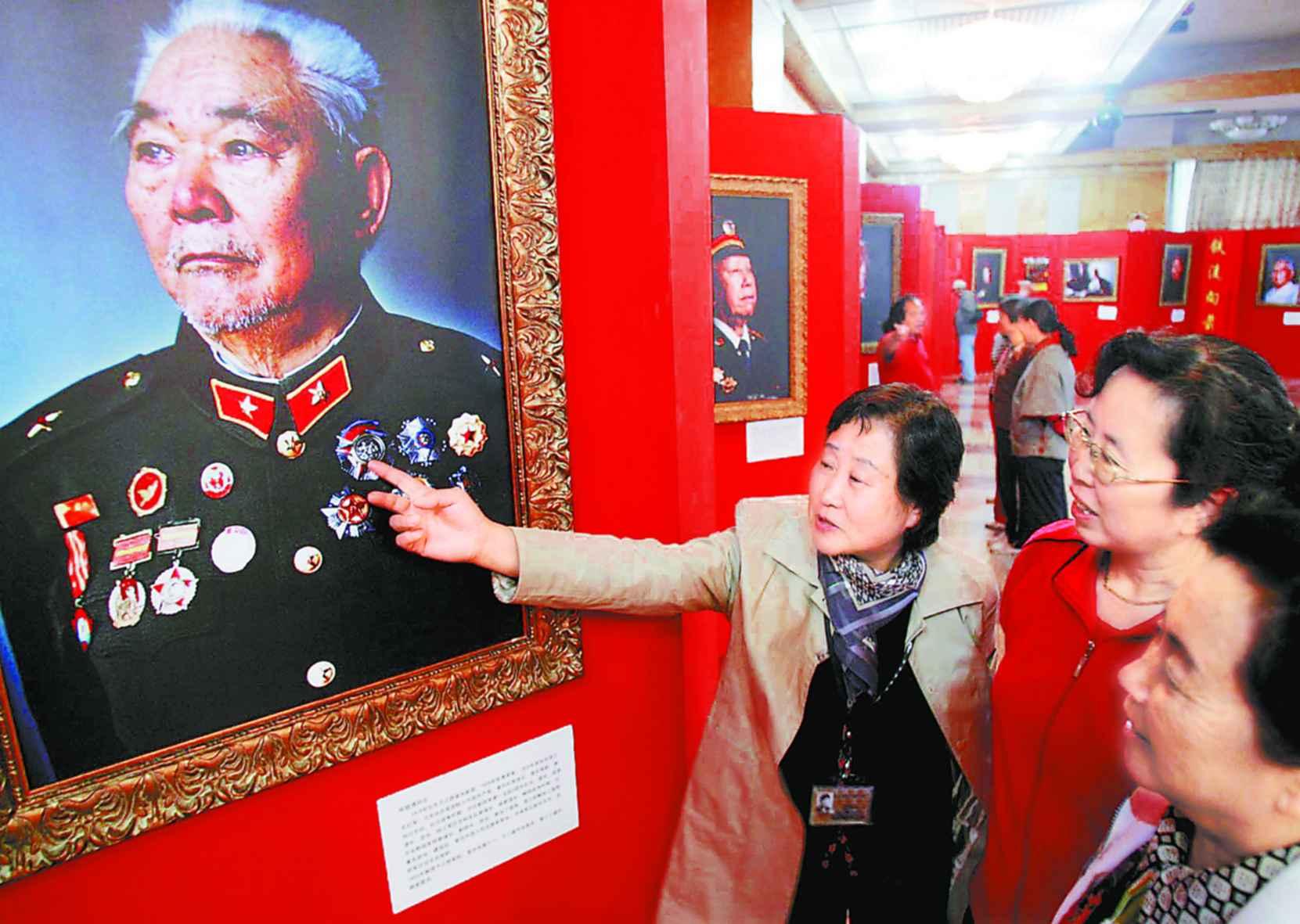 """图文:""""长征红军老战士""""影展在清华大学展出"""