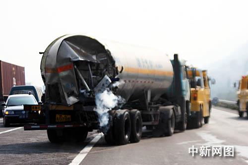 杭甬高速公路4车追尾造成危险气体泄漏