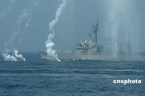 日本举行海上阅兵安倍称将推动防卫厅升格(图)