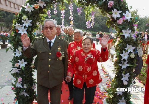 图:济南50对军休干部夫妇参加金婚庆典