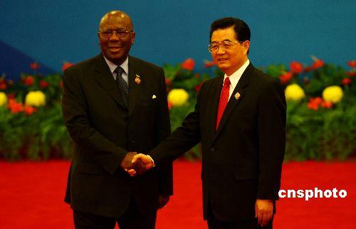 图文:胡锦涛迎接塞拉利昂总统卡巴